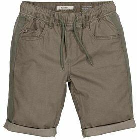 Shorts mit aufgekrempelten Hosenbeinen
